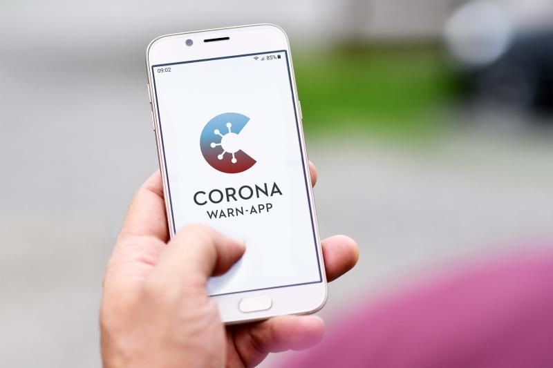 Foto mit Corona Warn App